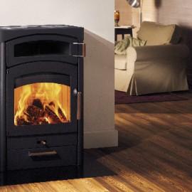 Stufa a legna interno casa Pallas Back con forno Austroflamm in vendita a Rimini